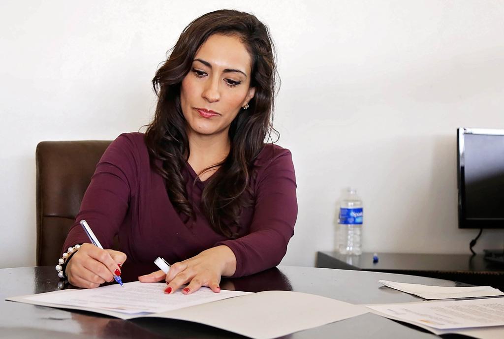 Personalchefin unterschreibt Arbeitsvertrag